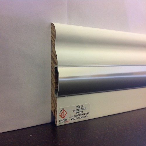 Плинтус Luciano, Танганский орех + овальный профиль алюминий, белый лак, Массив 90*14 мм